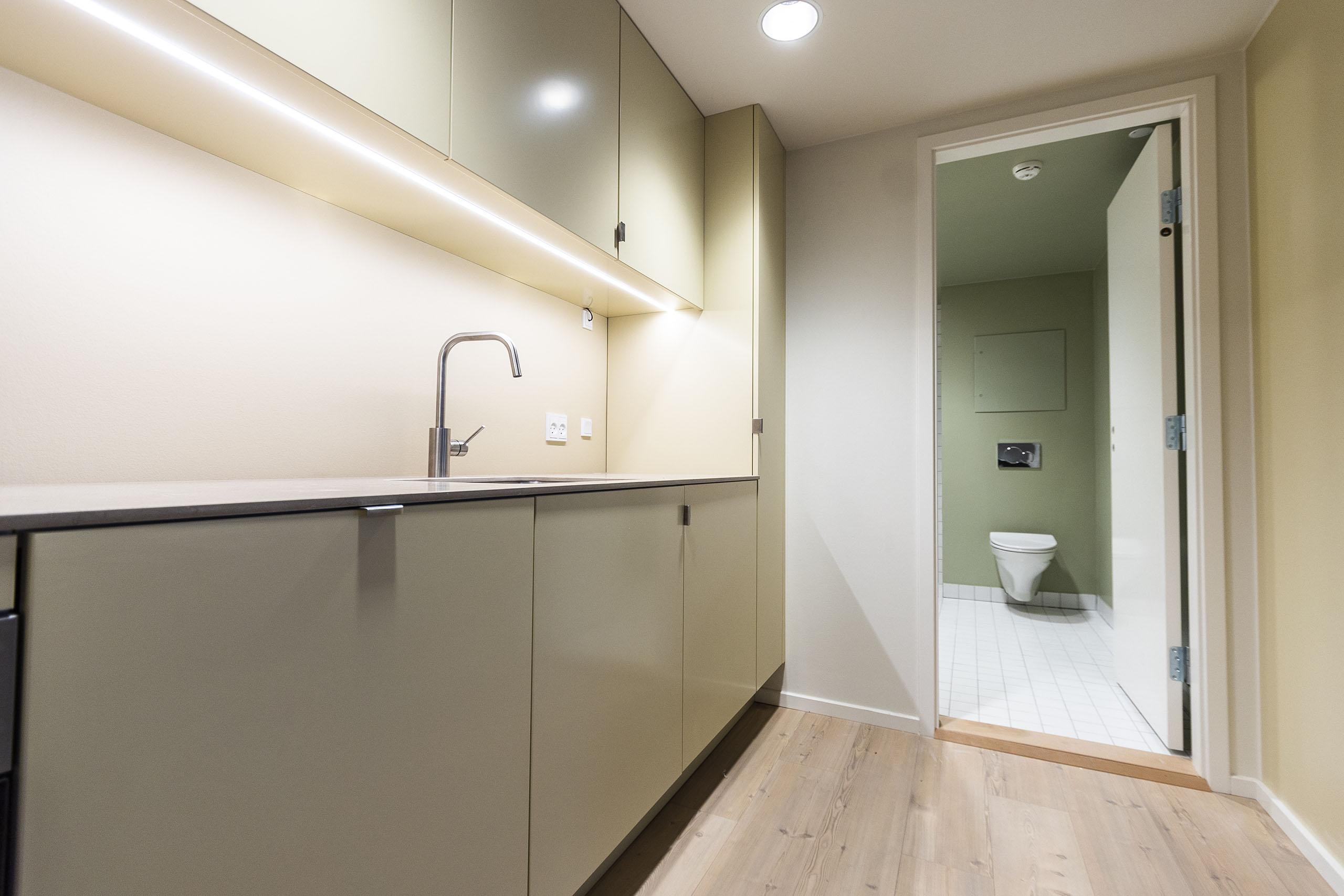 Færdiglavet køkken og badeværelse