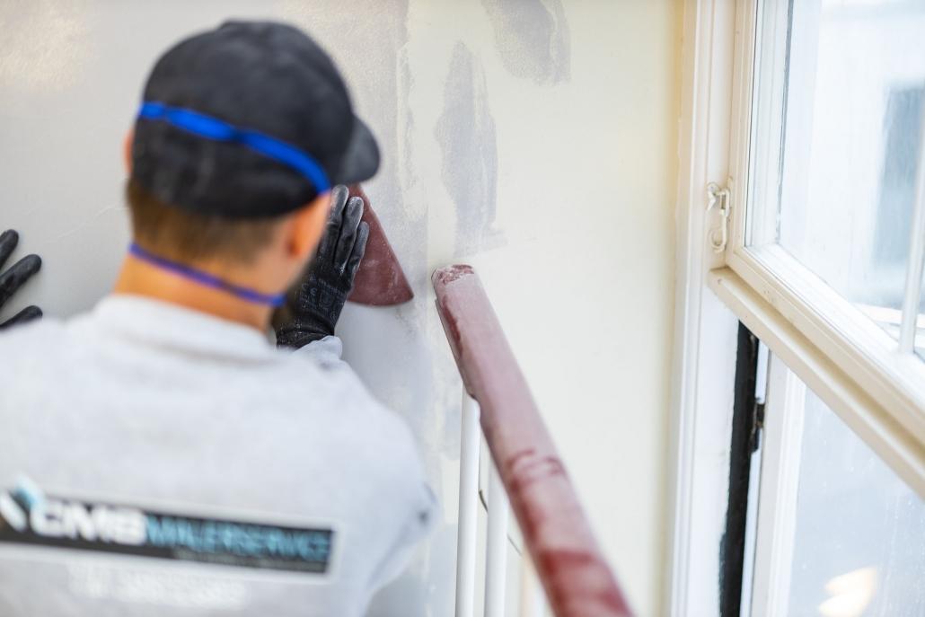 Maler sandspartler væg
