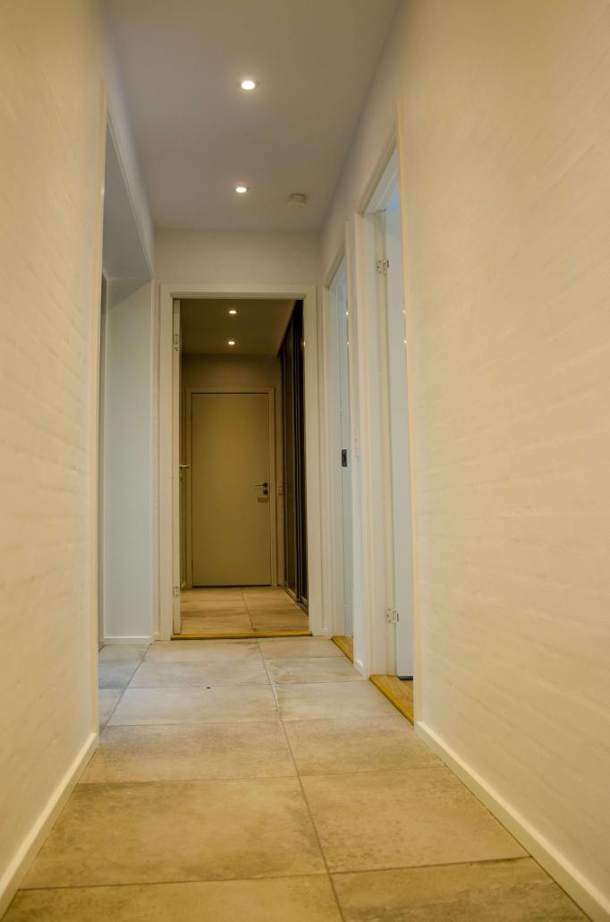 Hvid maling påført murstensvægge