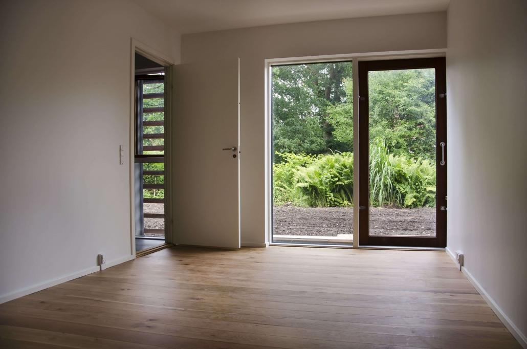 Flot rum, med hvide vægge og plankegulv