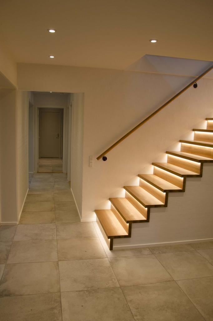 Moderne trappeopgang med lys ved trinnene