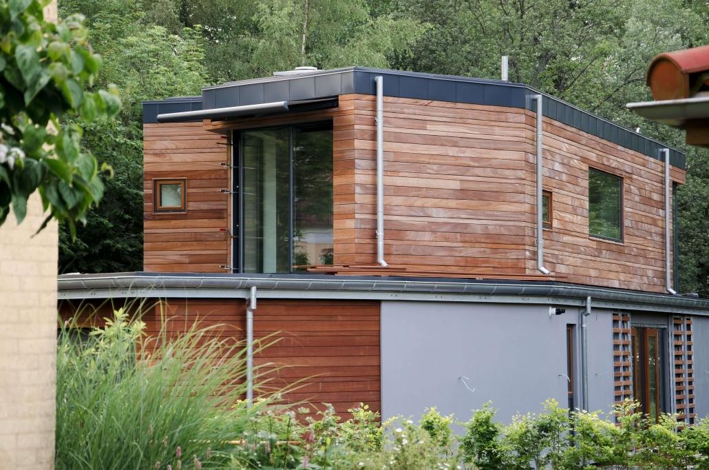 Moderne træhus under service, facaden bliver serviceret