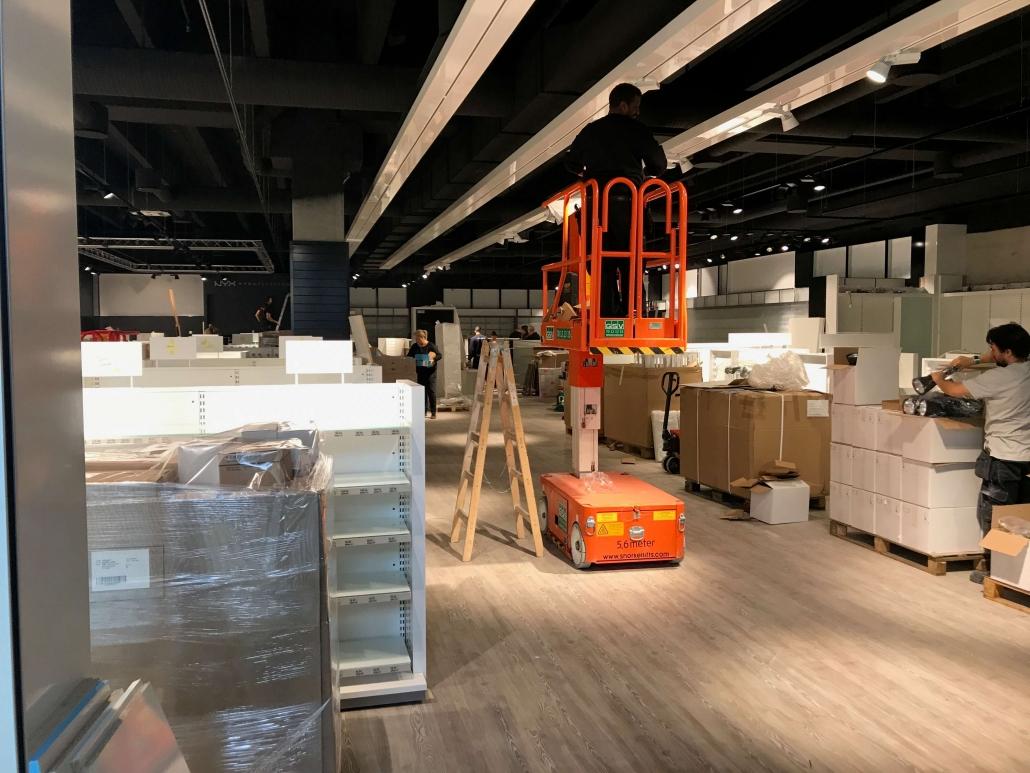 Forretning får sidste hjælp inden loftet er færdigmalet