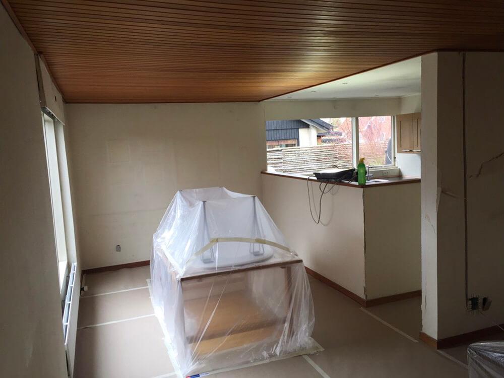 Hvidt køkkenalrum, med moderne spisebord og plankegulve under malerservice