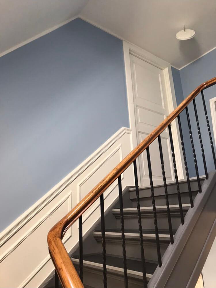 Maling af trappeopgang med lyseblå vægge