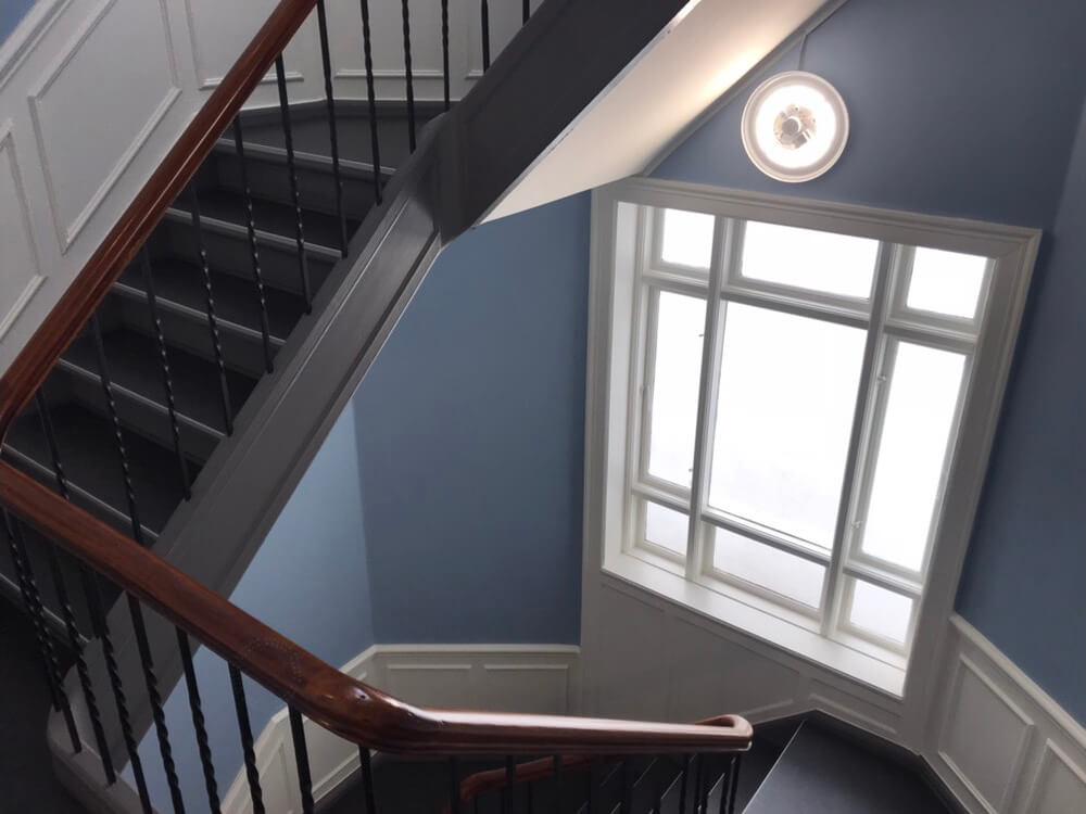 Trappeopgang med babyblå vægge