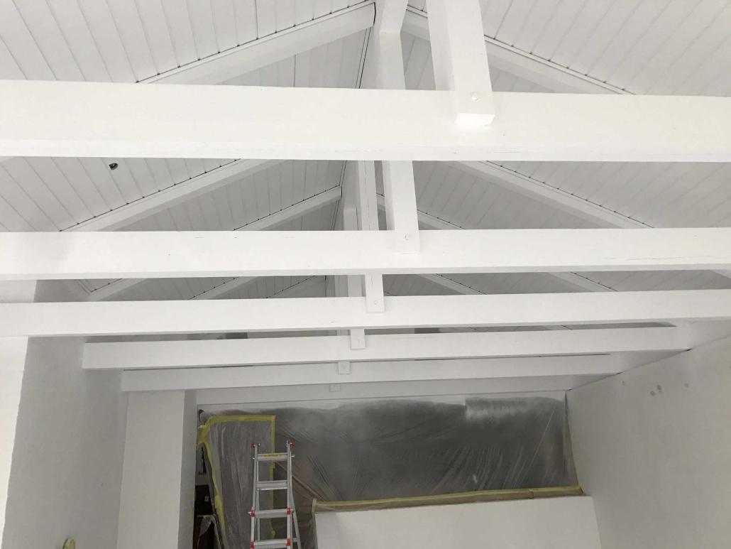 Indvendig maling af hvidt loft
