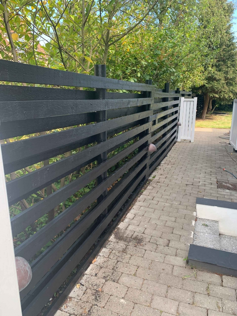 Færdig malet sort hegn